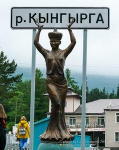 Скульптура бурятской девушки в национальном костюме